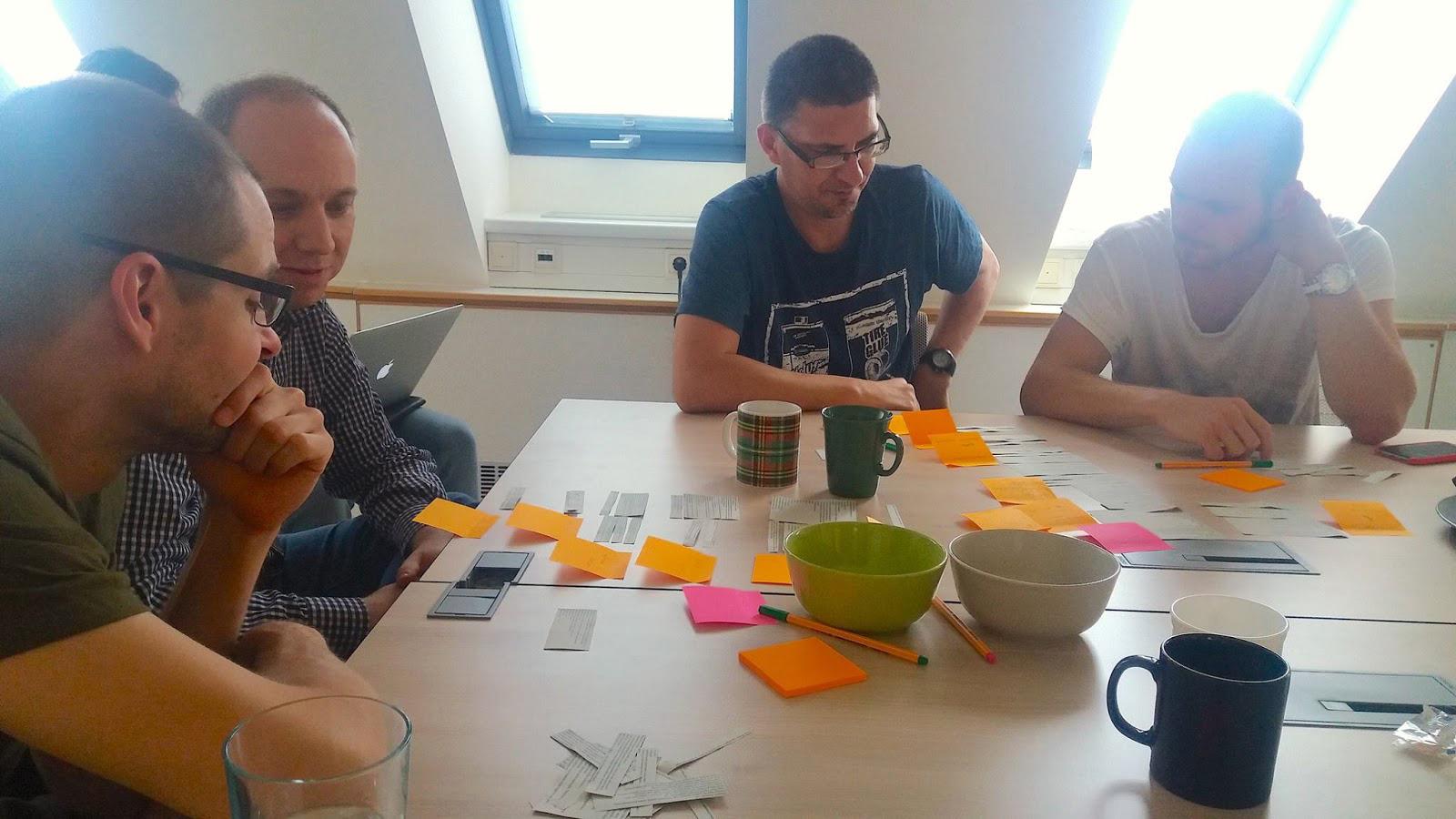 Card sorting teszt folyamatban. A fotón a rendszerezés közös megvitatása látható.